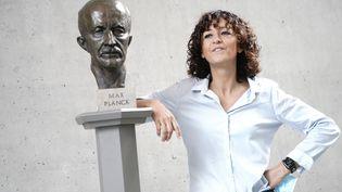 La chercheuse française Emmanuelle Charpentierpose après avoirremporté le prix Nobel de chimie en compagnie de l'Américaine Jennifer Doudna, le 7 octobre 2020. (KAY NIETFELD / DPA / AFP)