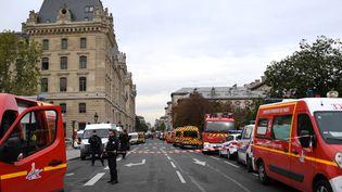 La police et les pompiers près de la préfecture de police de Paris, où un agent administratif a tué quatre personnes le 3 octobre 2019. (MARTIN BUREAU / AFP)