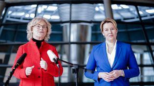 Les ministres allemandes de la Justice et la Famille,Christine Lambrecht (à gauche) et Franziska Giffey, le 6 janvier 2021 lors de la présentation du projet de loi qui impose la présence de femmesdans les directions des grandes entreprises. (KAY NIETFELD / DPA / AFP)