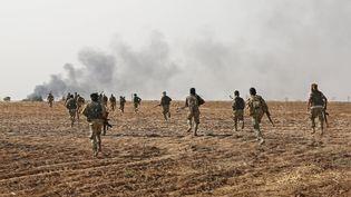 Des combattants syriens pro-Turquie prennent part à l'offensive d'Ankara contre des forces kurdes dans le nord-est de la Syrie, le 11 octobre 2019. (NAZEER AL-KHATIB / AFP)