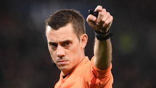 Clément Turpin a accordé un penalty litigieux au Paris Saint-Germain face à l'Olympique Lyonnais, dimanche 19 septembre. (FRANCK FIFE / AFP)