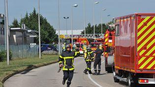 Des pompiers interviennent aux abords de l'usine Air Products de Saint-Quentin-Fallavier (Isère), après un attentat, le 26 juin 2015. (MAXPPP)