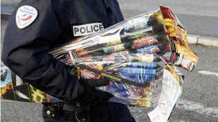 Un policier confisque des pétards lors d'un contrôle à la frontière allemande, à Strasbourg (Bas-Rhin). (  MAXPPP)