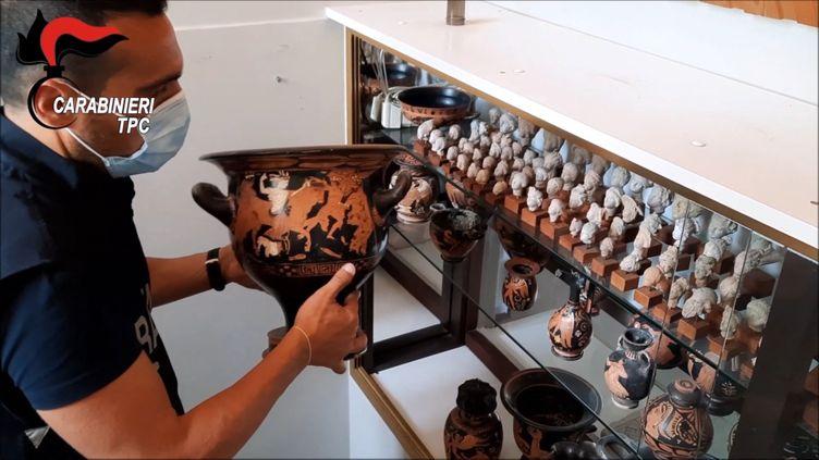 Capture d'image d'une vidéo de la police italienne montrant des pièces archéologiques de la région des Pouilles retrouvées chez un collectionneur belge et restituées à l'Italie, 21 juin 2021 (HANDOUT / ITALIAN CARABINIERI ART SQUAD)
