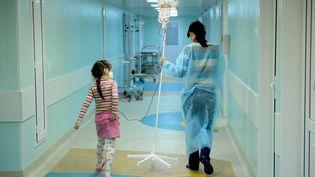 Une mère et sa fille atteinte de cancer dans un hôpital de Moscou (Russie), en novembre 2011. (NATALIA KOLESNIKOVA / AFP)