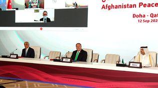 Le secrétaire d'Etat américain, Mike Pompeo (au centre), assiste à l'ouverture des négociations entre les talibans et le gouvernement afghan, le 12 septembre 2020 à Doha (Qatar). (KARIM JAAFAR / AFP)