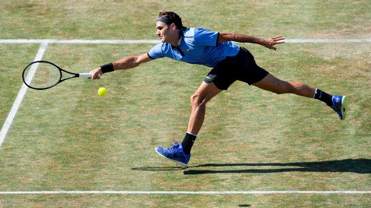 Roger Federer à la volée sur le gazon (THOMAS KIENZLE / AFP)