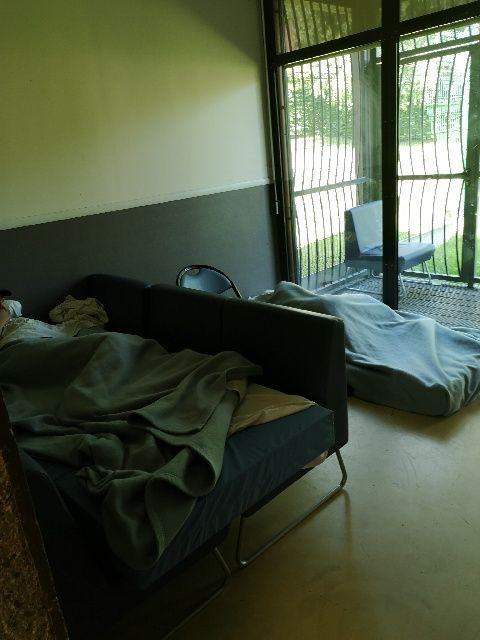 La salle télé, où, faute de place, des matelas sont installés à même le sol. (Photo prise par le personnel de l'hôpital)