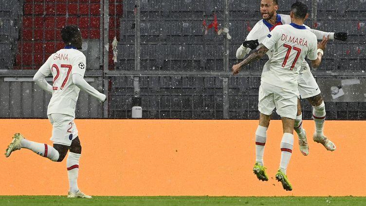 Neymar et Di Maria célèbrent l'ouverture du score face au Bayern, mercredi 7 avril. (CHRISTOF STACHE / AFP)