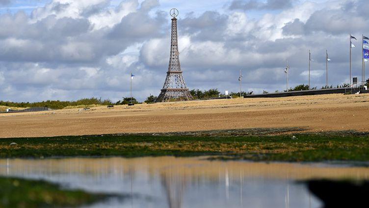 La réplique vendéenne de la tour Eiffel, à quelques pas de la mer, à Saint-Hilaire-de-Riez (18 octobre 2016)  (Loïc Venance / AFP)