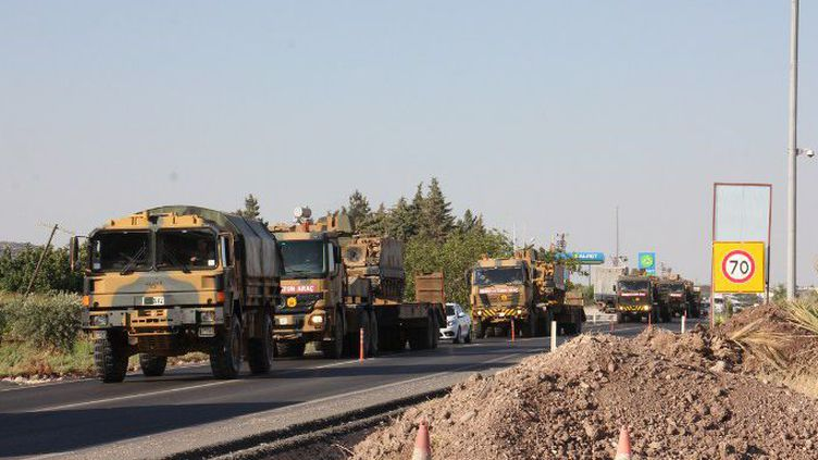 Le 2 juillet 2015, des véhicules blindés arrivent à Killis, ville turque à la frontière syrienne (AFP)