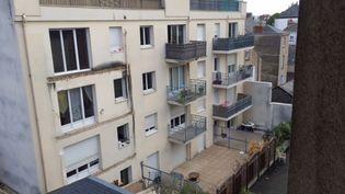 La façade arrière de l'immeuble dont un balcon s'est effondré, à Angers (Maine-et-Loire), le 16 octobre 2016. (BENEDICTE ROBIN / FRANCEINFO)