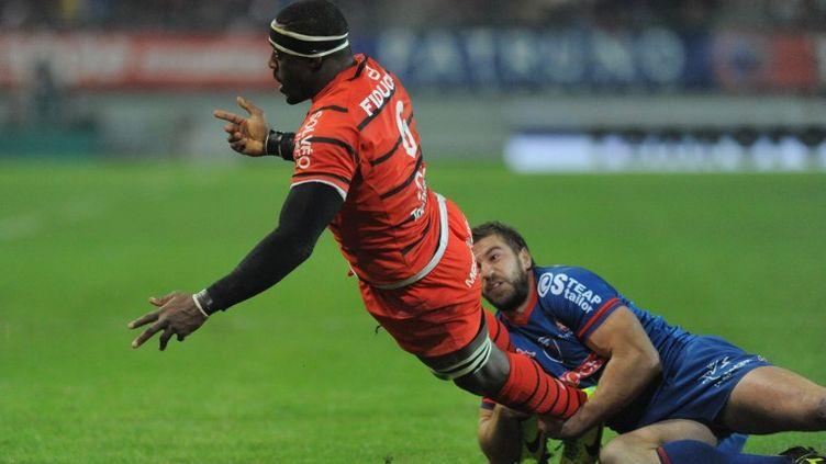 Yannick Nyanga s'est heurté au plaquage de Benjamin Thiery. (JEAN-PIERRE CLATOT / AFP)