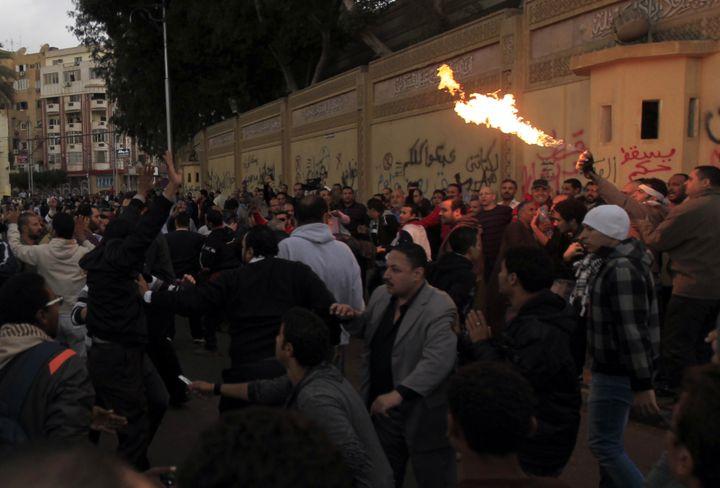 Les pro et anti-Mohamed Morsi se sont affrontés aux abords du palais présidentiel au Caire (Egypte), le 5 décembre 2012. (MOHAMED ABD EL GHANY / REUTERS)