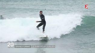 Cinq ans après une attaque de requin, Eric Dargentremonte sur sa planche de surf. (FRANCE 2)