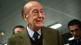 Valéry Giscard d'Estaing, ancien président de la République vote pour le premier tour de la primaire à droite à Paris, le 20 novembre 2016. (MARTIN BUREAU / AFP)