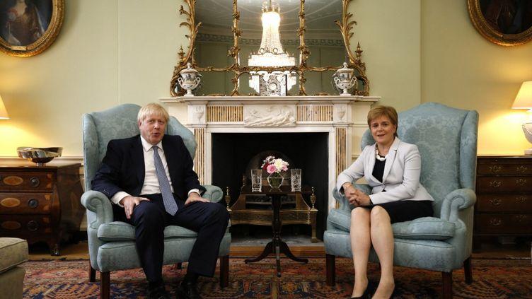 Le Premier ministre britannique, Boris Johnson, et la Première ministre écossaisse, Nicola Sturgeon, le 29 juillet 2017 à Edimbourgh (Ecosse). (DUNCAN MCGLYNN / AFP)