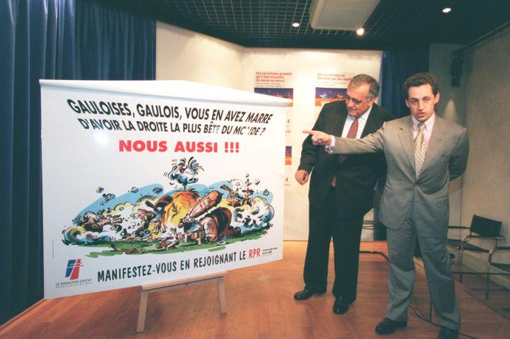 Philippe Séguin et Nicolas Sarkozy présentent la nouvelle affiche du RPR au Palais des Congrès, le 14 mai 1998. (PATRICK DURAND / SYGMA)