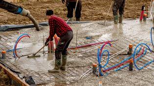 Des ouvriers sur un chantier àGodewaersvelde (Nord), le 28 avril 2017. (PHILIPPE HUGUEN / AFP)