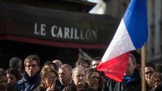 Des personnes se recueillent devant le restaurant Le Carillon à Paris, lundi 16 novembre, où des attaques terroristes ont eu lieu vendredi 13 novembre 2015. (MAXPPP)