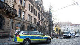 La police à l'entrée du château de la Résidence, qui abrite le musée Grünes Gewölbe, cambriolé le 25 novembre 2019, à Dresde (Allemagne). (SEBASTIAN KAHNERT / DPA / AFP)