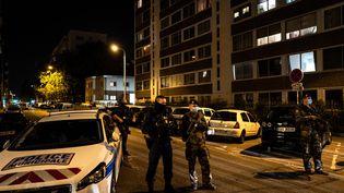 Les forces de l'ordre sécurisent le périmètre de sécurité où un prêtre d'une église orthodoxe du 7e arrondissement de Lyon a été blessé par balle, le 31 octobre 2020. (JEFF PACHOUD / AFP)