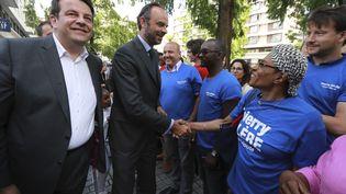 Le Premier ministre Édouard Philippe (au centre) en visite à Boulogne-Billancourt pour soutenir Thierry Solère, candidat les Républicains (à gauche). (JACQUES DEMARTHON / AFP)