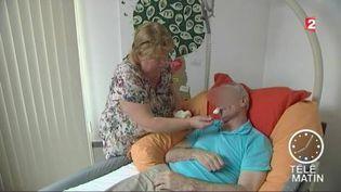 Beaucoup de Français choisissent d'aider un parent malade. (FRANCE 2)
