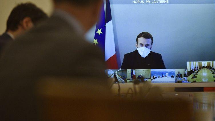 Emmanuel Macronlors d'un Conseil des ministres où il était en visioconférence,à Paris, le 21 décembre 2020. (JULIEN DE ROSA / AFP)