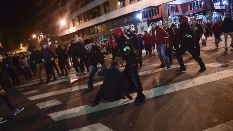Affrontements entre les forces de l'ordre et lessupporters du Spartak Moscou et de l'Athletic Bilbao, avant le match de Ligue Europa, à Bilbao (Espagne), le 22 février 2018. (ALVARO BARRIENTOS/AP/SIPA / AP)