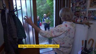La famille Maurer se retrouve apès le confinemlent pour la fête des mères (FRANCEINFO)