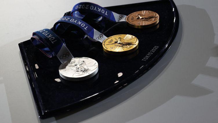 Les médailles des Jeux olympiques de Tokyo 2021 ont été présentées. (POOL FOR YOMIURI / AFP)