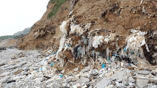 Les déchets sont littéralements intégrés à la falaise. (BENJAMIN MATHIEU / FRANCEINFO)
