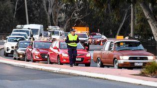 Un contrôle de police à la frontière entre les Etatsde Victoria et de Nouvelle-Galles du Sud, le 8 juillet 2020 à Albury (Australie). (WILLIAM WEST / AFP)