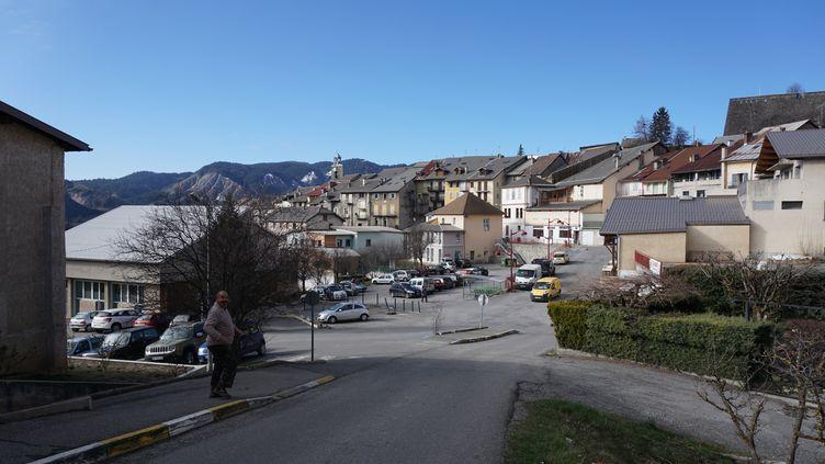 Le village de Seyne (Alpes-de-Haute-Provence) s'est transformé en centre opérationnel depuis le crash de l'avion de Germanwings, le 24 mars 2015. (JULIE RASPLUS / FRANCETV INFO)