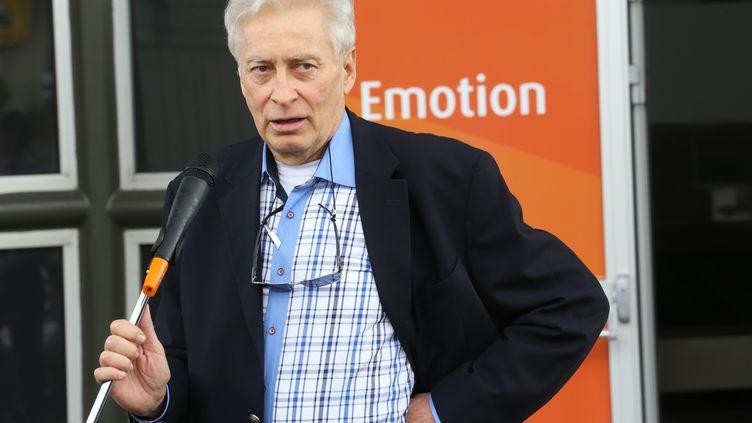 L'ex-otage Francis Collomp lors de son retour à La Réunion, le 25 novembre 2013. (RICHARD BOUHET / AFP)