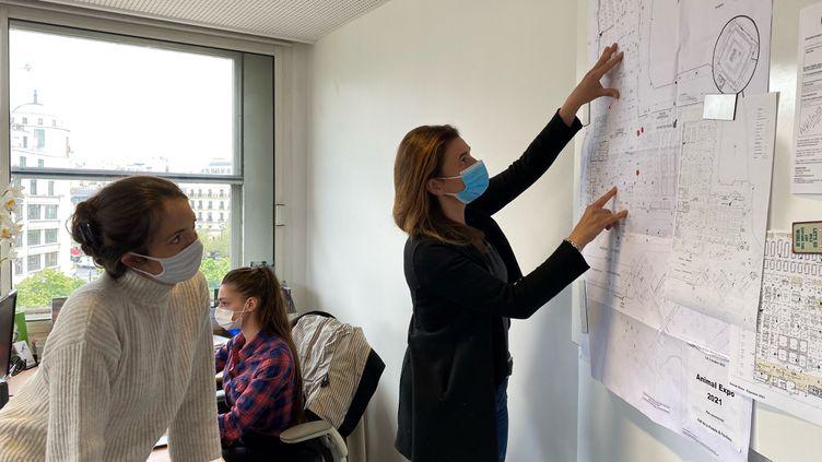 Florence de la Moureyre, géranted'Expo Salon (à droite) avec ses équipes dans leurs locaux à Paris, le 30 avril 2021. (BORIS LOUMAGNE / RADIO FRANCE)