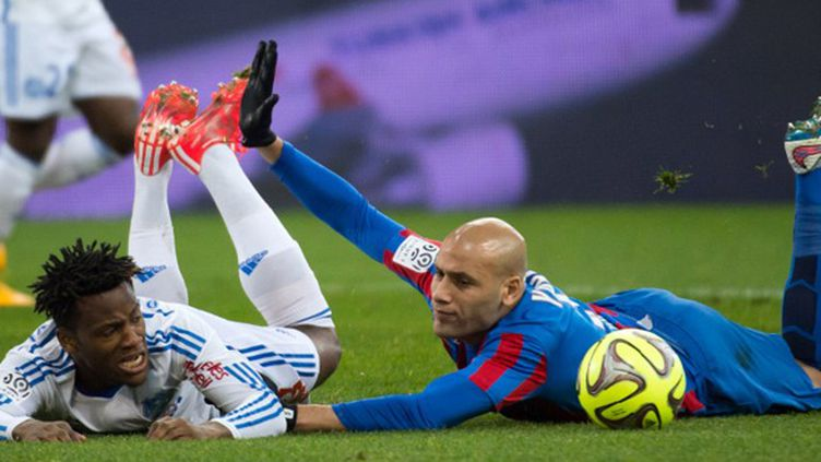 Batshuayi et Yahia se battent pour le ballon (BERTRAND LANGLOIS / AFP)