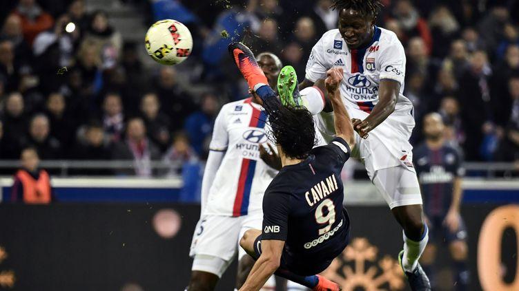 Edinson Cavani dans un duel spectaculaire avec le Lyonnais Mapou Yanga-Mbiwa (JEFF PACHOUD / AFP)