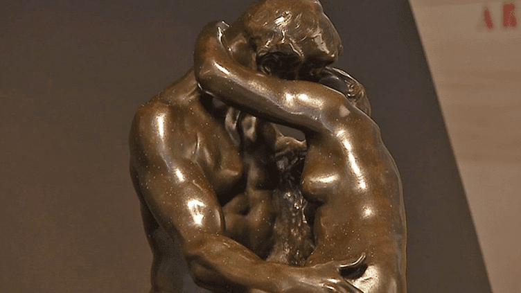 """L'un des bronze """"Le baiser"""" de Rodin exposé au musée Sainte-Croix de Poitiers  (France 3 / Culturebox )"""