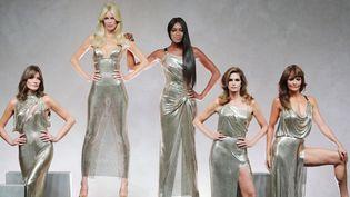 """DonatellaVersaces'est assuré le clou du spectacle de la fashion week avec un défilé on ne peut plus glamour de mannequins vedette, dédié à la mémoire de son frère Gianni. Une fois le rideau blanc levé à la fin de la présentation de la collection, les mannequins Cindy Crawford, Carla Bruni, Naomi Campbell, Helena Christensen et Claudia Schiffer, toutes d'or vêtues, sont apparues sous les acclamations du public. """"Gianni, c'est pour toi"""", a lancé une voix, en mémoire du grand couturier assassiné il y a 20 ans à Miami. Pantalons aux couleurs vives, dessins baroques pour des robes parfois inspirées par le pop art d'Andy Warhol ou le cuir des rockers, ont enthousiasmé les fashionistas.  (Koki Kataoka / Yomiuri / The Yomiuri Shimbun)"""