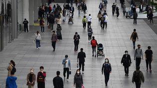 """Une rue, à Pékin, devant un """"mall"""", le 17 avril 2020. (GREG BAKER / AFP)"""