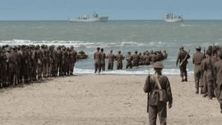 """""""Dunkerque"""" de Christopher Nolan retrace l'histoire de l'Opération Dynamo, qui permit en mai-juin 1940 de rapatrier en Angleterre, près de 340 000 soldats français et britanniques pris au piège sur les plages de Dunkerque.  (Culturebox / Capture d'écran)"""