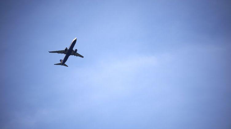 Un avion survole l'aéroport de Toulouse, le 1er avril 2020. (ALAIN PITTON / NURPHOTO)