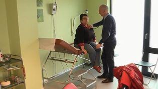 La ville de Bourth (Eure) tient enfin sa perle rare. Un médecin roumain a finalement décidé de s'installer dans ce département à la densité médicale parmi les plus faibles de l'Hexagone. (FRANCE 3)