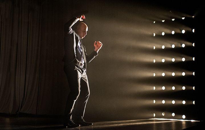 Le comédien Patrice Gallet a également créé l'univers sonore. C'est aussi lui qui joue de la guitare électrique sur la scène  (Corinne Marianne Pontoir)
