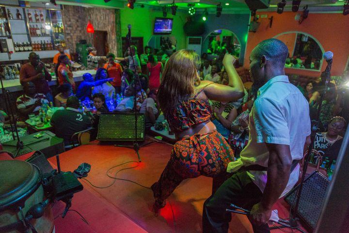 Olivia Beyene interprète un morceau de bikutsi et danse sur la scène du cabaret Québec à Yaoundé, Cameroun le 2 octobre 2019. (STR / AFP)