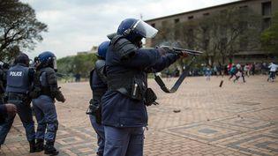 La police anti-émeutes tire des balles en caoutchouc lors d'une manifestation contre la hausse des droits d'inscription à l'université deWitwatersrand à Johannesburg, le 4 octobre 2016. (MUJAHID SAFODIEN / AFP)