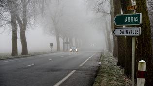 La visibilité sur les routes du Pas-de-Calais est réduite en raison d'un épais brouillard givrant, le 31 décembre 2016. (MAXPPP)