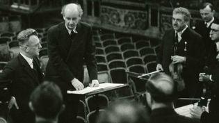 Le gouverneur d'Autriche Arthur Seyss-Inquart (à gauche), à côté du chef d'orchestre allemand Wilhelm Furtwaengler, et des musiciens en 1938 à Vienne.  (Archives du Wiener Philharmoniker / AFP)